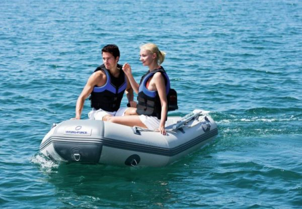 Vaar op vakantie naar een afgelegen strandje, of maak er een dagje op het water van. De Caspian Pro is er de perfecte boot voor. Een opblaasbare boot met harde bodem die hoog scoort wat betreft stabiliteit en comfort. Kortom, een echte boot voor waterliefhebbers.